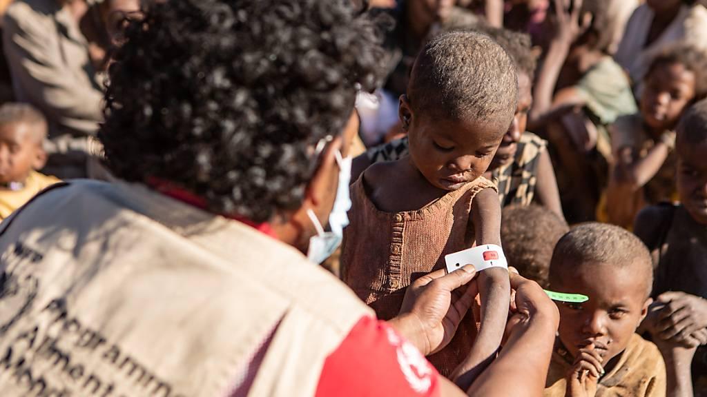 HANDOUT - Die schlimmste Dürre seit 40 Jahren gefährdet in dem vor Afrikas Ostküste gelegenen Inselstaat Madagaskar das Leben hunderttausender Menschen. Betroffen seien vor allem aber auch die Kinder, warnte die Hilfsorganisation Save the Children. Foto: Tsiory Andriantsoarana/WFP/dpa Foto: Tsiory Andriantsoarana/WFP/dpa - ACHTUNG: Nur zur redaktionellen Verwendung und nur mit vollständiger Nennung des vorstehenden Credits. Das Foto darf nicht verändert werden!