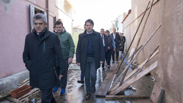 Der italienische Premierminister Giuseppe Conte (r) informierte sich am Donnerstag in Venedig über die Schäden, die das Hochwasser verursachte.