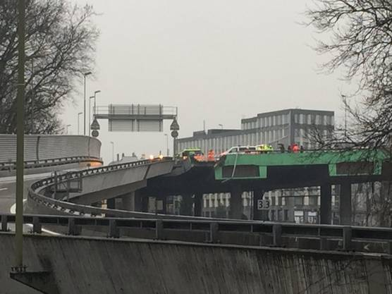 Der Lastwagenfahrer durchbrach den Betonsockel und die Leitplanke des Autobahnausläufers.