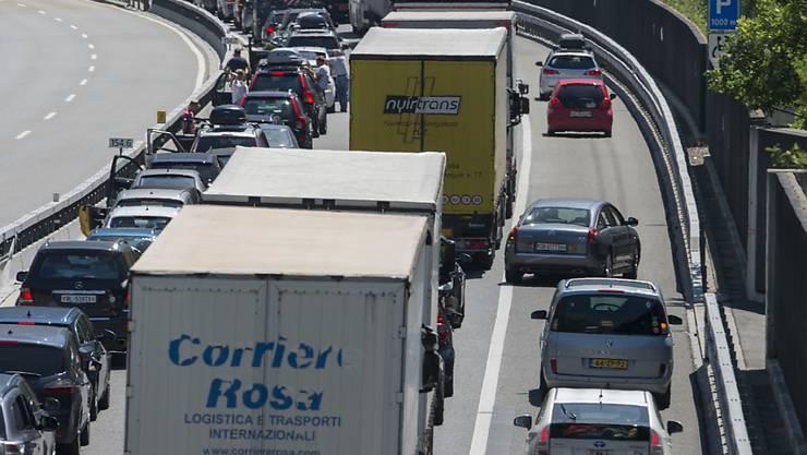Auf der Autobahn A2 zwischen Erstfeld und Göschenen staut sich der Ferienreiseverkehr vor dem Gotthard.