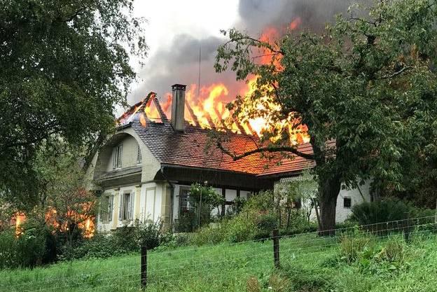 In einer Scheune brach am Donnerstagmorgen ein Brand aus – das Feuer griff auf dieses Wohnhaus über.