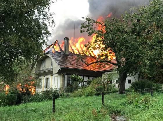 Eine Scheune des Hirzenbergshofs an der Bottensteinerstrasse steht in Vollbrand. Das Feuer hat auf ein anliegendes Wohnhaus übergegriffen.