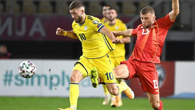 Kosovos Arber Zeneli (links) im Zweikampf mit Stefan Ristovski aus Nordmazedonien