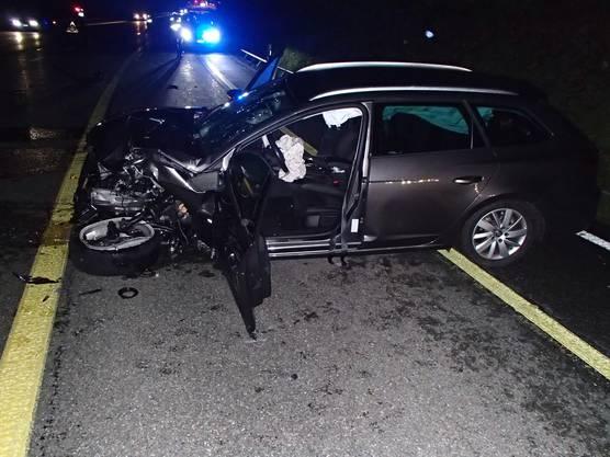Auf der Mellingerstrasse stiessen zwei Autos frontal zusammen. Ambulanz, Kantons- und Stadtpolizei rückten vor Ort aus. Zwei Personen mussten ins Spital eingeliefert werden. Die Unfallfahrzeuge erlitten Totalschaden.