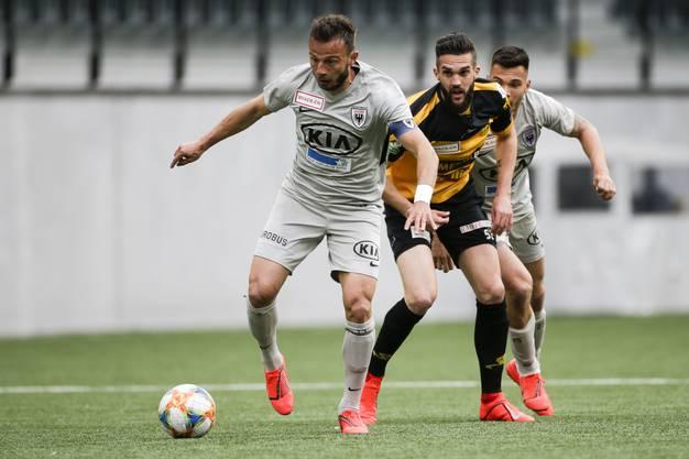Elsad Zverotic (l.) und Goran Karanovic (r.) luchsen Nejc Mevlja (M.) den Ball ab.