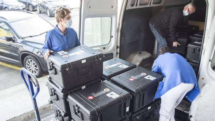 Der Bund hat zu viele Beatmungsgeräte gekauft. Bild: Abladen von 25 Beatmungsgeräten vom Militär beim Bruderholzspital in Baselland.