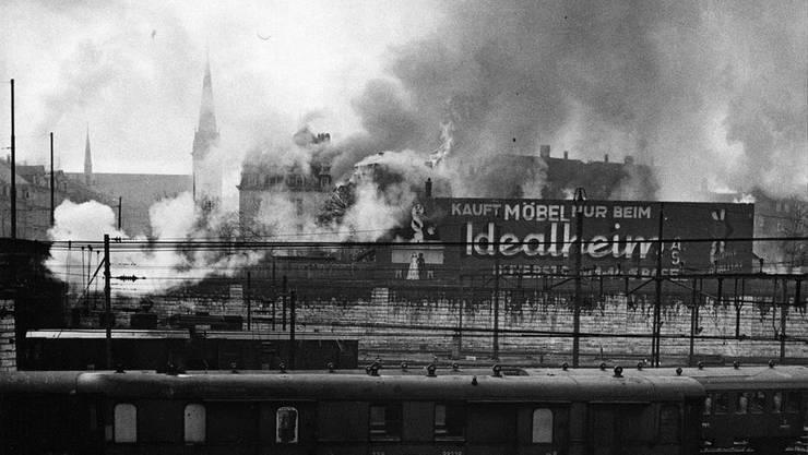 Neun amerikanische Flugzeuge eines versprengten Bomberverbands warfen um 10 Uhr morgens des 4. März 1945 irrtümlicherweise auf den Hauptbahnhof und den Güterbahnhof Wolf in Basel ihre Brand- und Sprengbomben ab.