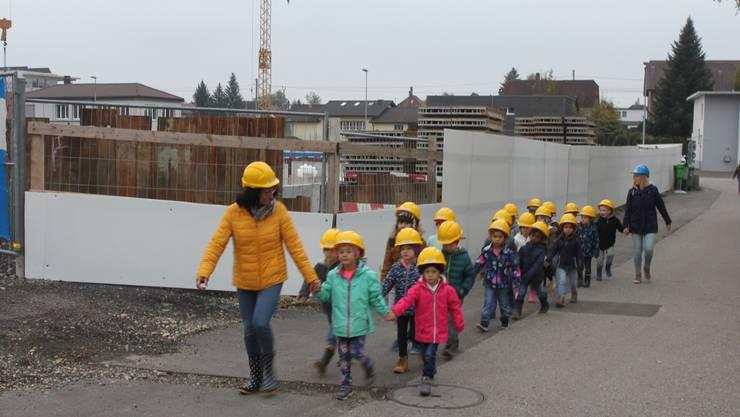 """Die """"Bauleute der Zukunft"""" treffen auf dem Gelände ein."""