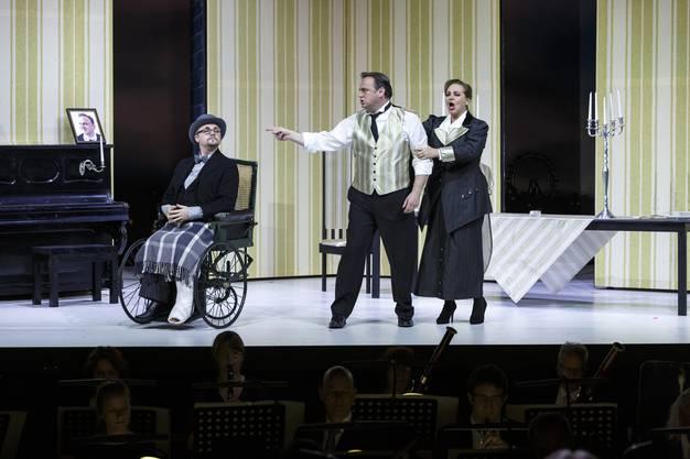 Es wird mit dem Juristen Dr. Blind (Gernot Heinrich, im Rollstuhl) diskutiert.