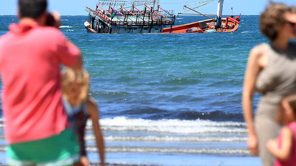 Erstmals seit fast vier Jahren hat ein Flüchtlingsboot Australien erreicht. Das Boot lief vor der Küste auf Grund. Inzwischen konnten 15 Bootsinsassen gefunden werden.