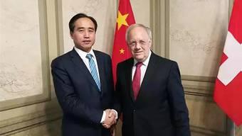 Xingjun Shang, hier 2017 mit Bundesrat Johann Schneider-Ammann.