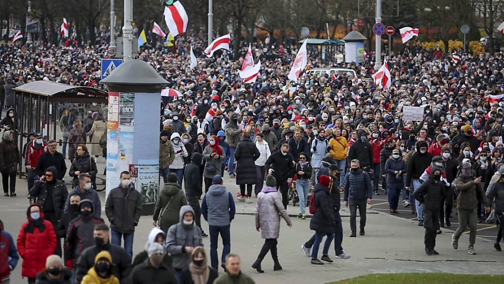 Demonstranten nehmen mit historischen belarussischen Fahnen an einer Kundgebung der belarussischen Opposition am 1. November teil.