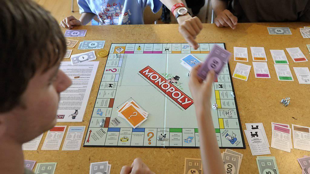 Monopoly-Hersteller Hasbro macht die Insolvenz der US-Spielzeugkette Toys R Us zu schaffen. (Archiv)