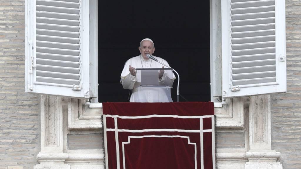 Papst Franziskus spricht das Angelus-Mittagsgebet auf dem Petersplatz. Papst Franziskus prangerte die «inakzeptable» Spirale der Gewalt zwischen Israel und den Palästinensern an. Foto: Gregorio Borgia/AP/dpa