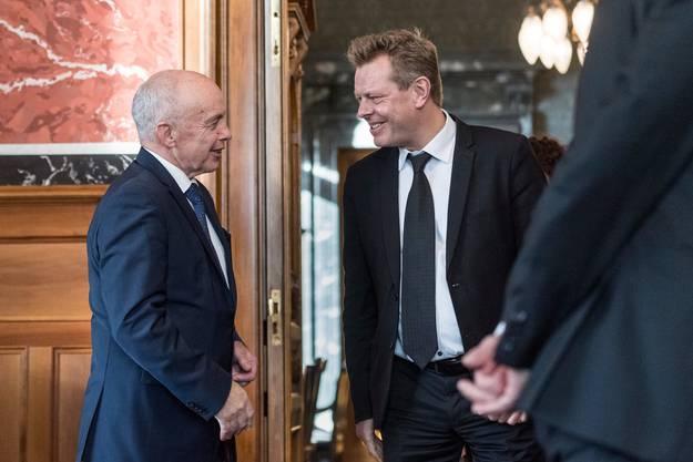 Reto Nause (rechts), Berns Sicherheitsdirektor, im Gespräch mit Bundespräsident Ueli Maurer.