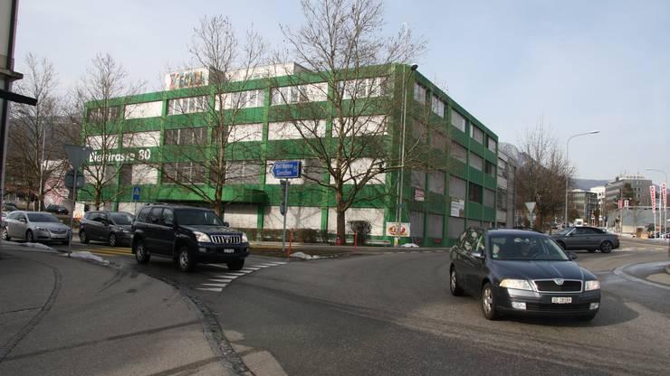 Das grüne Gebäude beim Jumbo Kreisel wird für Migros und Denner umgebaut.