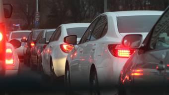 Der Verkehr zwischen Lenzburg und Neuenburg stockte nach einem Unfall. (Symbolbild)