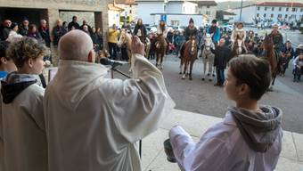 Pfarrer Don Olivero Bernasconi (Mitte) der Tessiner Gemeinde Genestrerio gibt Pferden und Hunden den Segen des Heiligen Antonius Abate, des Schutzpatrons der Nutztiere. (Archiv)