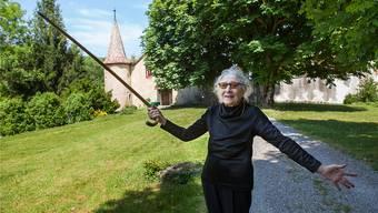 Louise Schellenberg, Besitzerin des Schlosses Hilfikon, fotografiert im Rahmen des Landschaftstheaters «mit Chrüüz und Fahne». (Archiv)