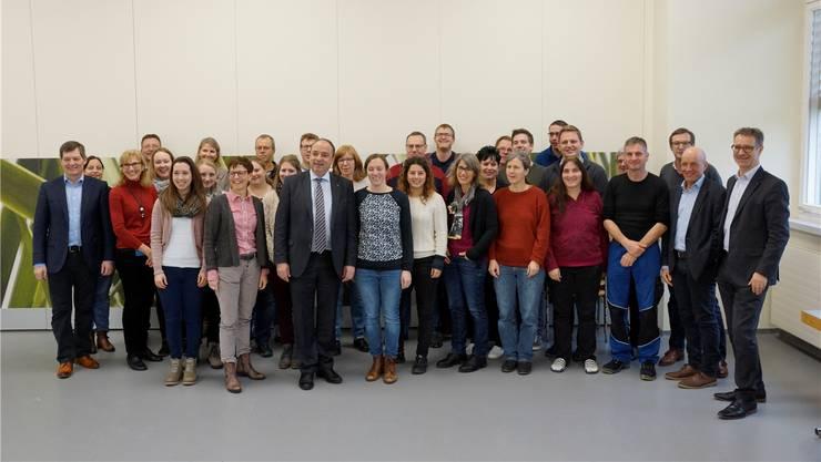 Markus Dieth (mit Krawatte) mit Mitarbeitenden des Landwirtschaftlichen Bildungszentrums Liebegg.