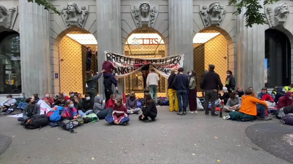 200 Klimaaktivisten blockieren UBS- und CS-Sitze am Zürcher Paradeplatz