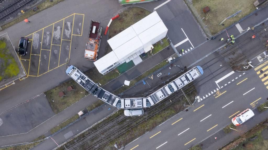 Tram entgleist nach Kollision mit Auto