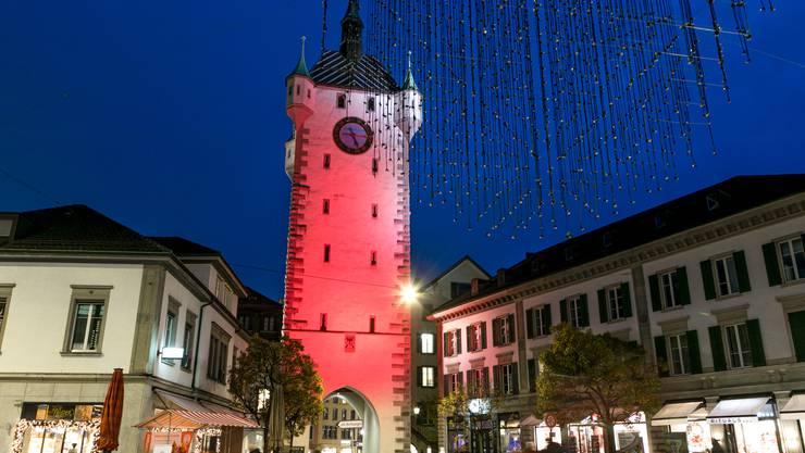 Bild aus dem Vorjahr: Der Stadtturm in Baden erstrahlt in oranger Farbe.