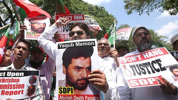 Aktivisten protestieren gegen die Vollstreckung der Todesstrafe für einen Mitverantwortlichen der Mumbai-Anschläge von 1993. Kritisiert wird, dass die mutmasslichen Drahtzieher nach wie vor nicht gefasst wurden. (Archivbild)