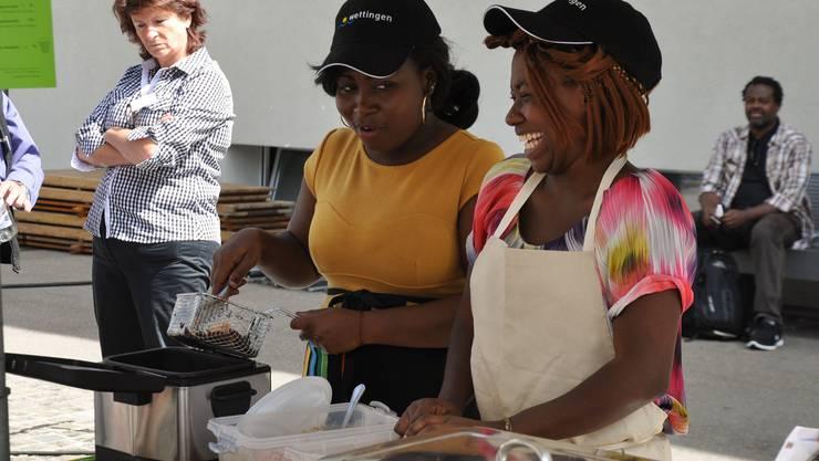 Ruby Baumann scherzt mit ihrer Kollegin am Essenstand von Ghana