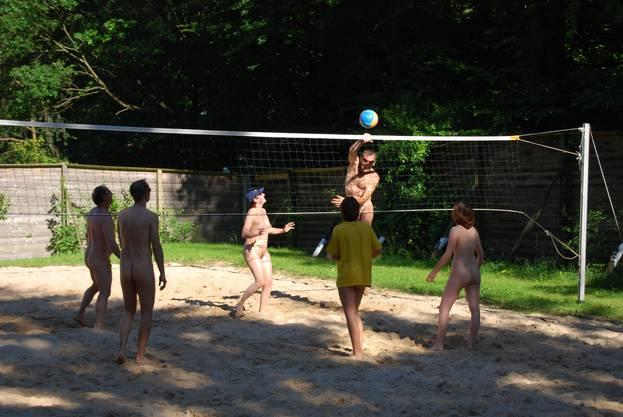 Naturisten beim Volleyballspielen