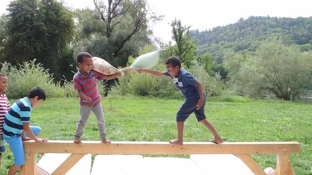 """Die Stiftung Pro Juventute ist mit dem Spielbus der Berner Fachstelle """"SpielRaum"""" im Asylzentrum Untersiggenthal zu Besuch."""