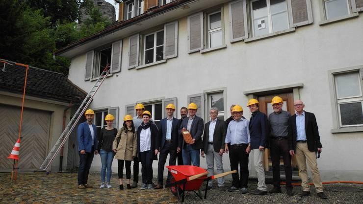 Freuen sich auf den Bezug in einem Jahr: Die Verantwortlichen für das «Haus am Schlossberg» beim Baustart am Samstag.