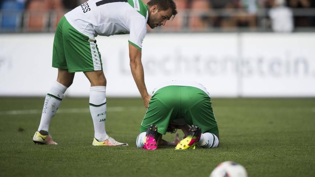 St. Gallens Roman Buess, links, kuemmert sich um Karim Haggui, am Boden, im Fussball Super League Spiel zwischen dem FC Vaduz und dem FC St. Gallen, am Sonntag, 21. August 2016, im Rheinpark Stadion in Vaduz.