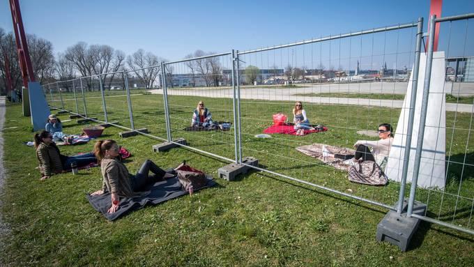 Solche Bilder sollen sich nicht wiederholen, finden Politiker aus Grenzregionen: Mittagspause am schweizerisch-deutschen Grenzzaun Kreuzlingen‑Konstanz im Frühjahr.