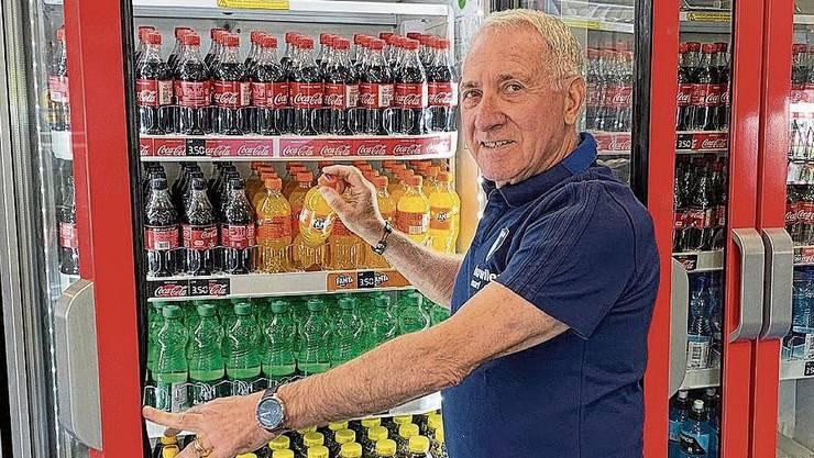 Niedermatten-Stadionwirt Giuseppe Milazzo präsentiert seine noch gut gefüllten Kühlschränke.