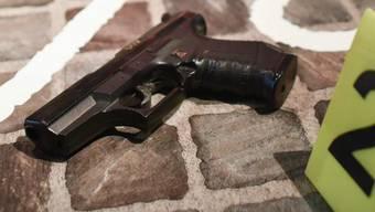 Die Teenager haben im Elternhaus mit einer Schusswaffe hantiert (Symbolbild).