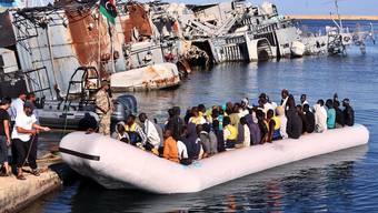 Flüchtlinge kommen auf der Mittelmeer-Insel Lampedusa an. (Symbolbild)