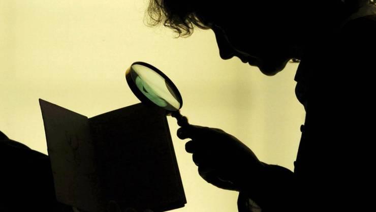 Der Bund will gesetzliche Grundlagen schaffen für Observationen von Detektiven, die Versicherungsbetrüger aufspüren sollen. (Symbolbild)