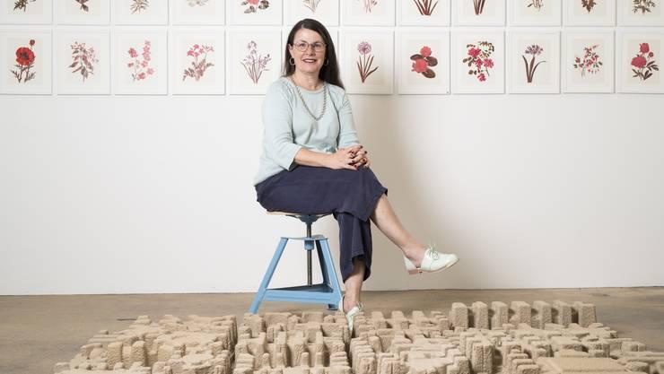 Dominique Eliane Girod in ihrem Atelier- und Galerieraum im Badener Merkerareal, hinter ihrem Werk «Remains» – an der Wand Arbeiten ihrer Serie «Flor».