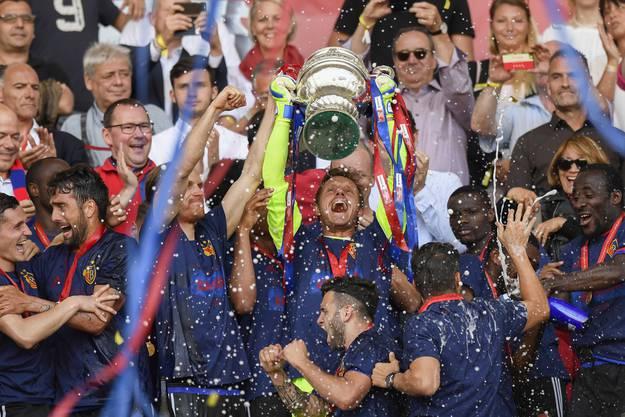 Der FC Basel feiert den Cupsieg.
