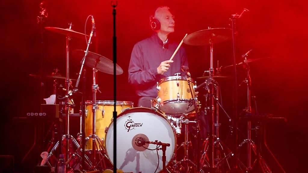 ARCHIV - Drummer Charlie Watts beim Auftaktkonzert der Europatour der «Rolling Stones». Foto: picture alliance / Carsten Rehder/dpa
