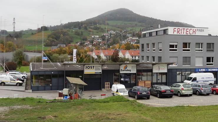 Bauprofile zeigen die geplante Erweiterung beziehungsweise die Aufstockung des Fritech-Gebäudes an der Unteren Grubenstrasse1 in Frick. (chr)