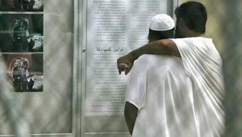 Zwei Häftlinge im US-Gefangenenlager auf Guantanamo (Symbolbild)