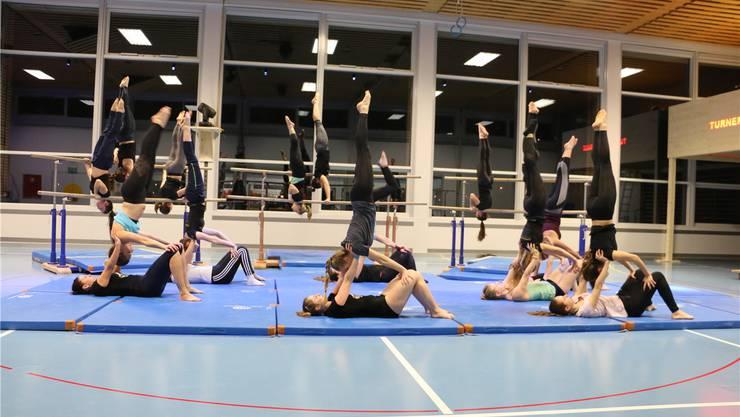Kraft, Körperbeherrschung und Präzision sind gefragt: Mitglieder des TV Sulz üben ihre Choreografie für die Premiere am nächsten Donnerstag.