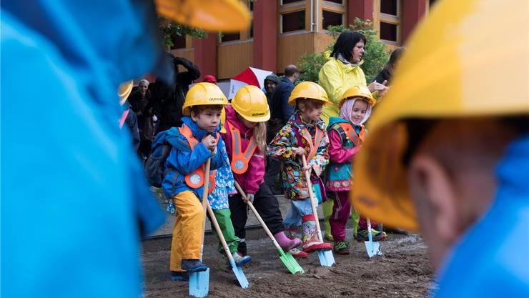 Die Kindergärtler legen selbst Hand an und machen den symbolischen Spatenstich für den Doppelkindergarten Allmend.