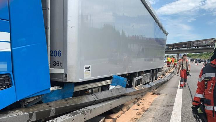 Spreitenbach/A1 AG, 18. Juni: Auf der Autobahn A1 fährt ein Lastwagen in die Mittelleitplanke, was zu Stau führt. Der Fahrer wird leicht verletzt.