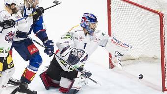 Mattias Sjörgren von den ZSC Lions trifft gegen Biels Torhüter Jonas Hiller zum 1:0
