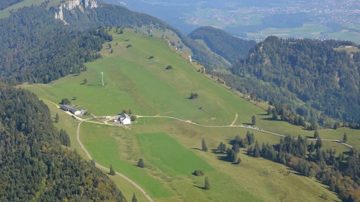 Auf der Flugaufnahme des Obergrenchenbergs ist in der Mitte des Fotos das planierte Areal des ehemaligen Flugplatzes noch gut zu erkennen.