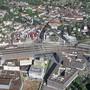 Die Besucher erkunden die modernisierte Bank. Szenarien für das Gebiet beim Bahnhof: Das Augenmerk gilt der stadträumlichen und verkehrlichen Entwicklung.