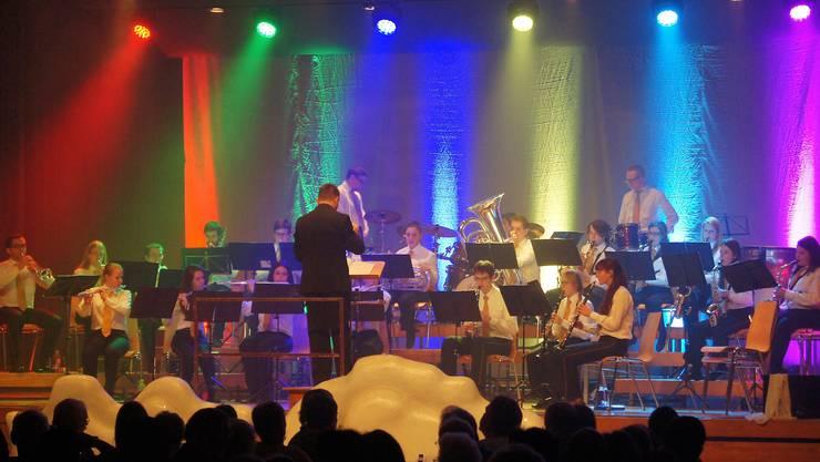 Farbenfrohes Musizieren am Jahreskonzert der Stadtjugendmusik Schlieren, geleitet vom Dirigenten Thomas Bhend.